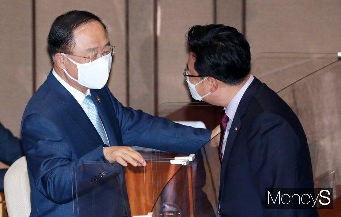[머니S포토] 경제분야 대정부질문, 대화 나누는 홍남기-김성원