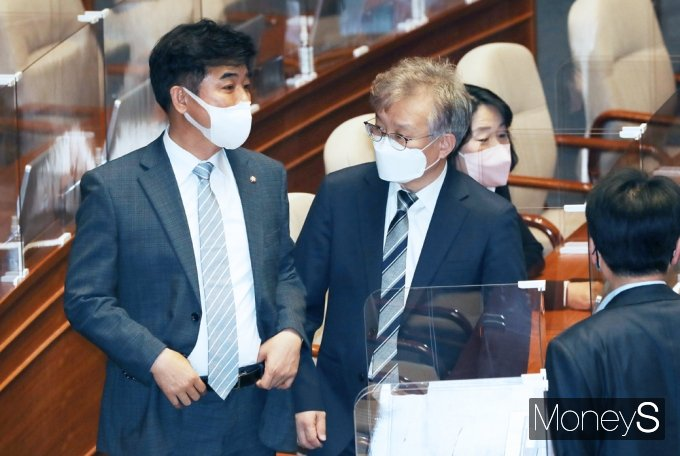 [머니S포토] 대화 나누는 권칠승과 김병욱
