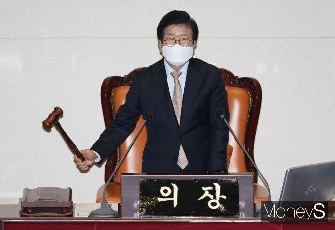 [머니S포토] 탕탕탕! 대정부 질문 개회 알리는 박병석 의장