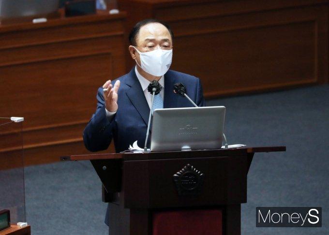 [머니S포토] 국회 대정부질문, 답변하는 '홍남기'