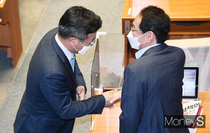 [머니S포토] 국회 대정부질문, 인사 나누는 윤호중·김도읍