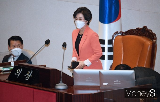 [머니S포토] 국회 대정부질문, 자리 착석하는 '김상희'