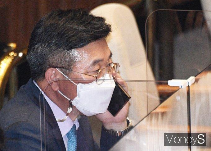 [머니S포토] 국회 대정부질문, 통화하는 윤호중
