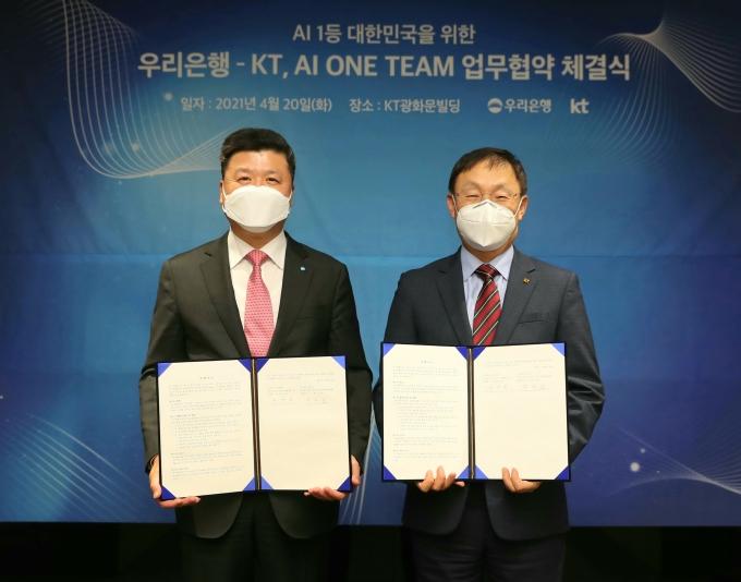 우리은행은 20일 KT 광화문 이스트(East) 사옥에서 KT와 'AI One Team' 업무협약을 맺었다. 권광석(왼쪽) 우리은행장과 구현모(오른쪽) KT 대표이사가 기념촬영을 하고 있다./사진=우리은행