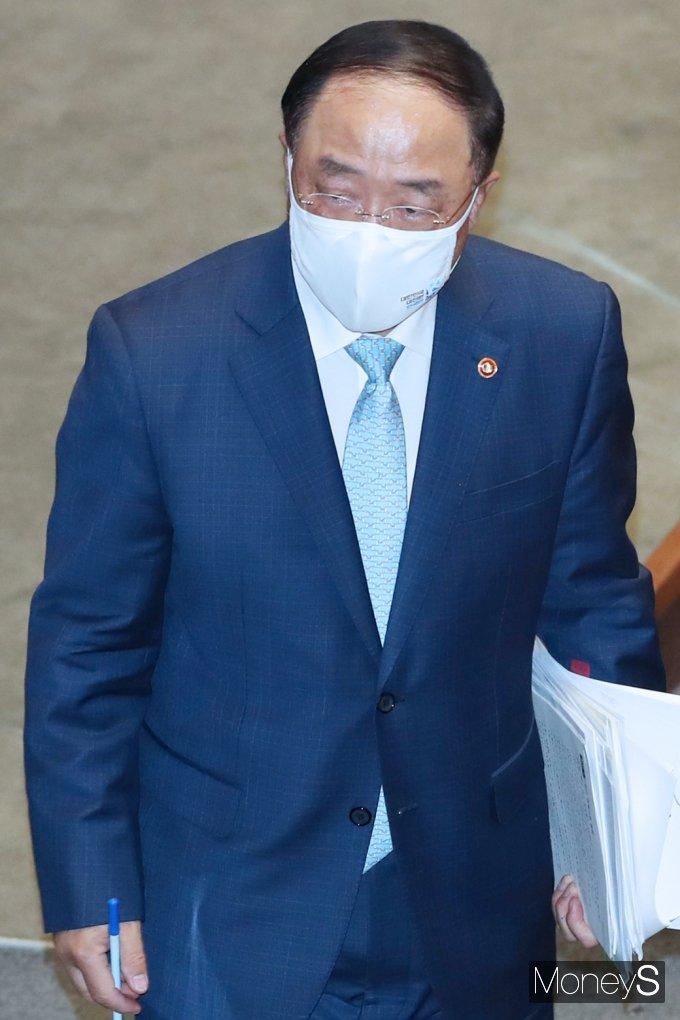 [머니S포토] 질의 답변 후 국무위원석 돌아가는 '홍남기'