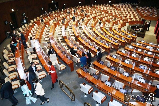 [머니S포토] 국회 본회의장 퇴장하는 국민의힘
