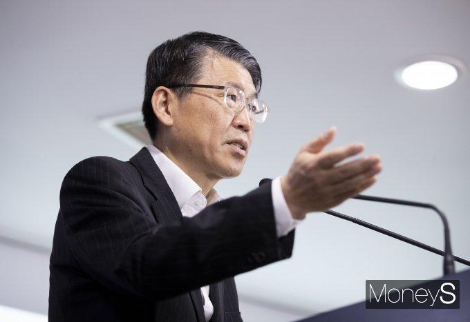 은성수 금융위원장이 24일 서울 종로구 세종로 정부서울청사에서 코로나19 관련 금융시장 안정화 방안 발표를 하고 있다./사진=임한별 기자