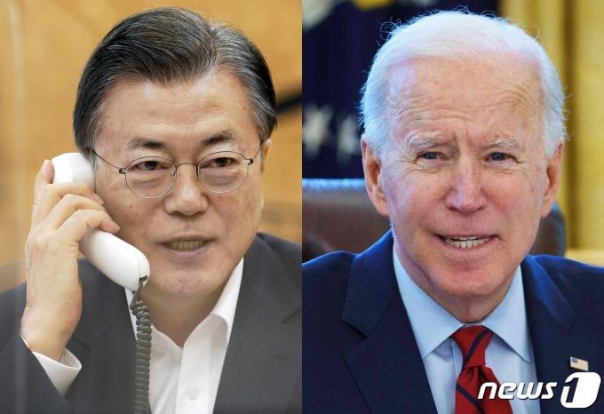 문재인 대통령이 4일 오전 청와대에서 조 바이든 미국 대통령과 전화통화를 하고 있다. (청와대 제공, AFP) 2021.2.4/뉴스1
