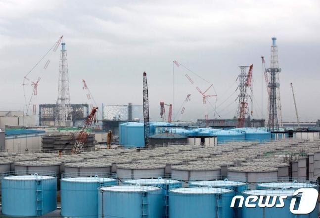 일본 후쿠시마 제1원자력발전소 부지 내의 방사성 오염수 저장 탱크. © AFP=뉴스1