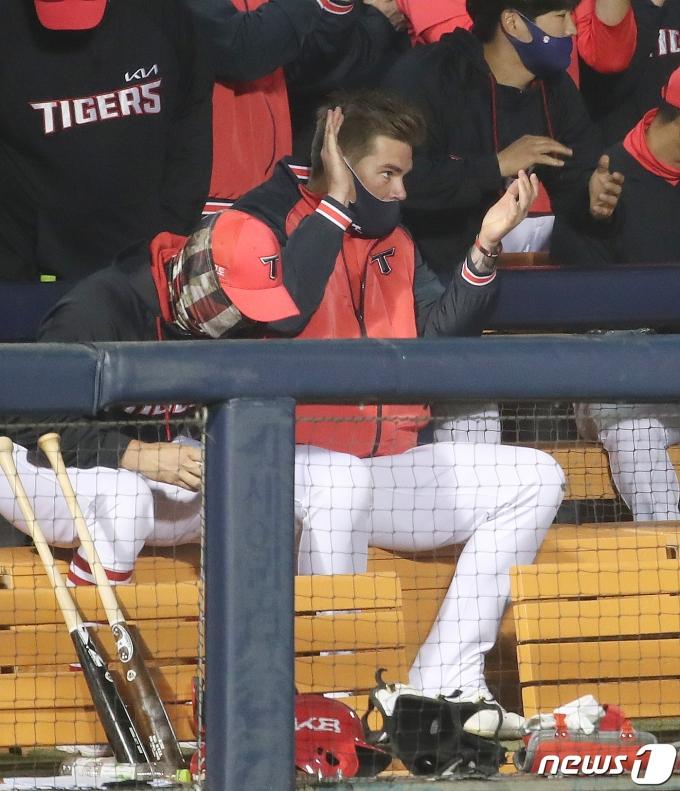 [사진] '시즌 첫 승' 박수 치며 기뻐하는 브룩스
