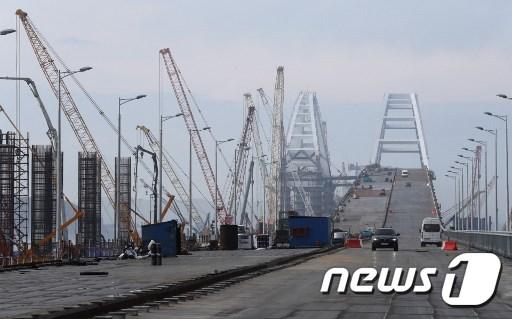 러시아 남부 크라스노다르주와 크림반도의 도시 케르치를 연결하는 '크림 대교' 건설 현장. © AFP=뉴스1