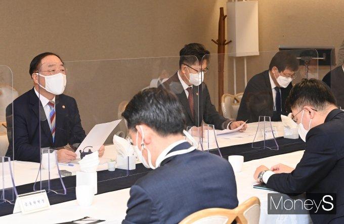 [머니S포토] 부동산시장 점검관계장관회의 주재하는 홍남기