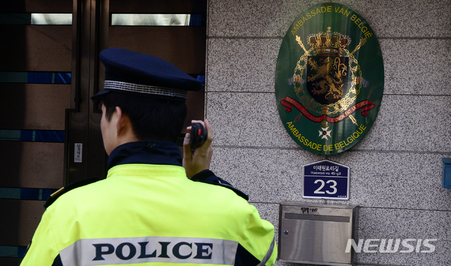벨기에 대사의 부인이 뇌경색으로 병원에 입원하면서 경찰 조사에 불응하고 있는 것으로 전해졌다. 사진은 서울 용산구 주한 벨기에 대사관 앞 모습. /사진=뉴시스