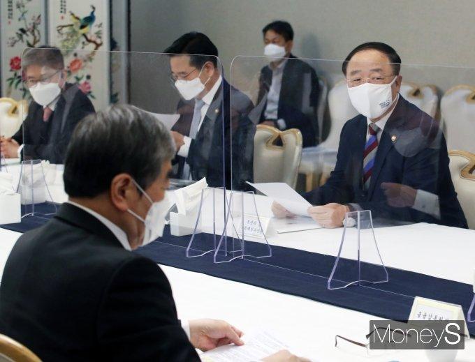 [머니S포토] 홍남기 경제부총리, 부동산시장 점검 관계장관화의 주재