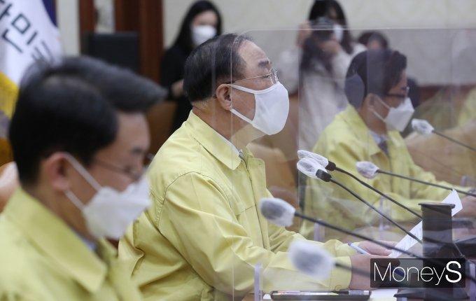 [머니S포토] 코로나19 대응 중앙재난안전대책본부 회의 주재하는 홍남기