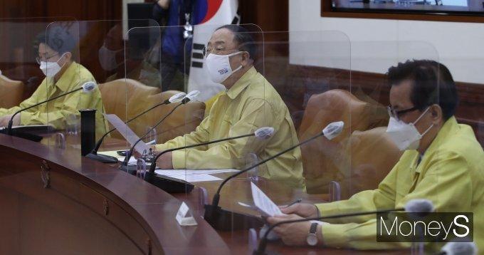 [머니S포토] 코로나19 대응 중대본 회의에서 발언하는 홍남기