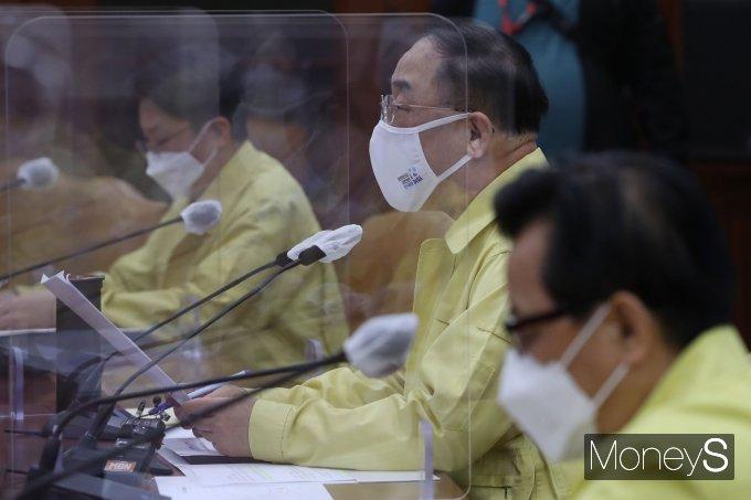 [머니S포토] 코로나19 중대본 회의에서 발언하는 홍남기 국무총리 직무대행
