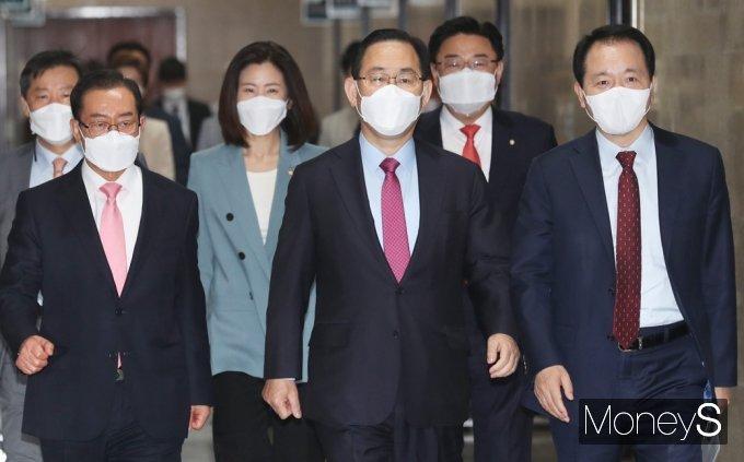 [머니S포토] 국힘 비대위 들어서는 주호영 대표 권한대행
