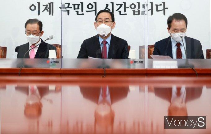 """[머니S포토] 주호영 """"코로나19 백신 국민 불신은 대통령·정부의 무능 때문"""""""