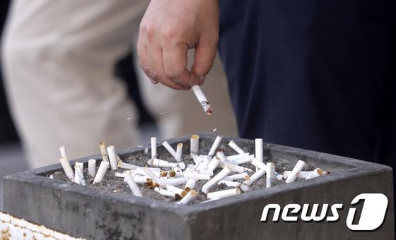 서울시내 거리에서 한 남성이 재떨이에 담뱃재를 털고 있다. /사진=뉴시스