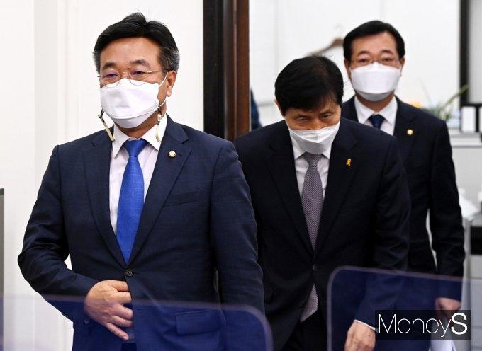 [머니S포토] 민주당 비대위 들어서는 '윤호중'