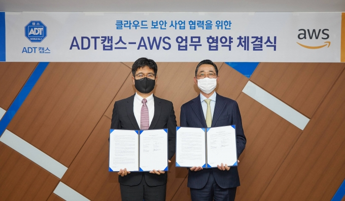 박진효 ADT캡스 대표(왼쪽)와 함기호 AWS코리아 대표가 업무협약을 맺고 기념촬영을 하는 모습. /사진제공=ADT캡스