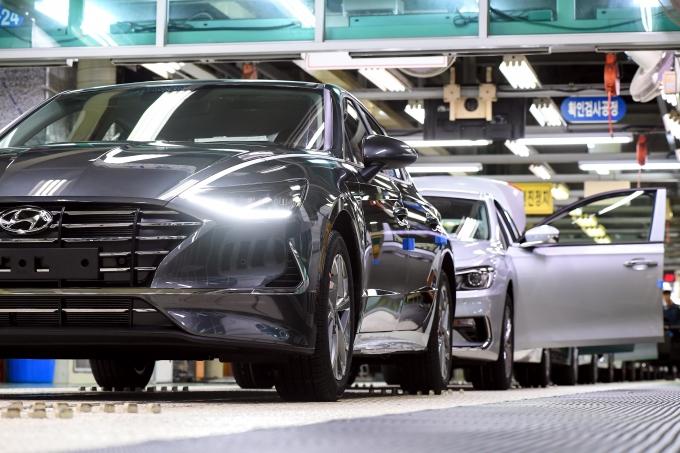 현대자동차는 아산공장의 생산을 재개했다고 21일 공시했다. 사진은 현대차 아산공장 생산라인. /사진제공=현대자동차