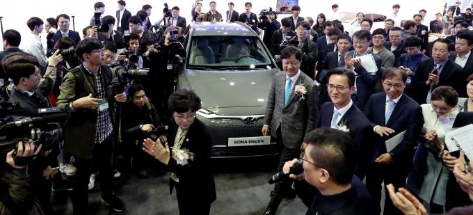 서울 삼성동 코엑스에서 열린 전기자동차 관련 박람회 EV 트렌드 코리아 2018에 전시된 코나EV 모습./사진=현대자동차