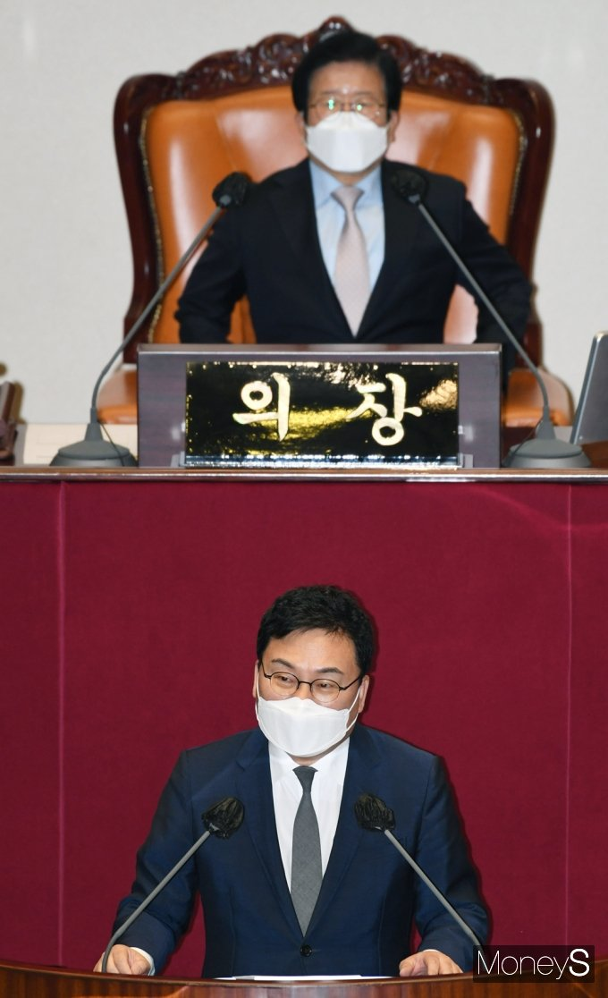 [머니S포토] 체포동의 신상설명하는 '이상직'