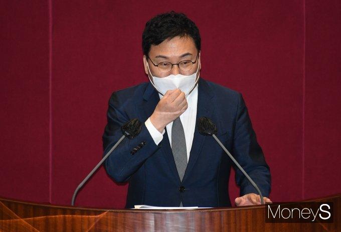 이상직 의원(무소속)이 21일 서울 여의도 국회 본관 본회의장에서 개회된 제386회 3차 본회의에 출석, 본인의 체포동의안 관련 신상발언을 하고 있다./사진=임한별 기자