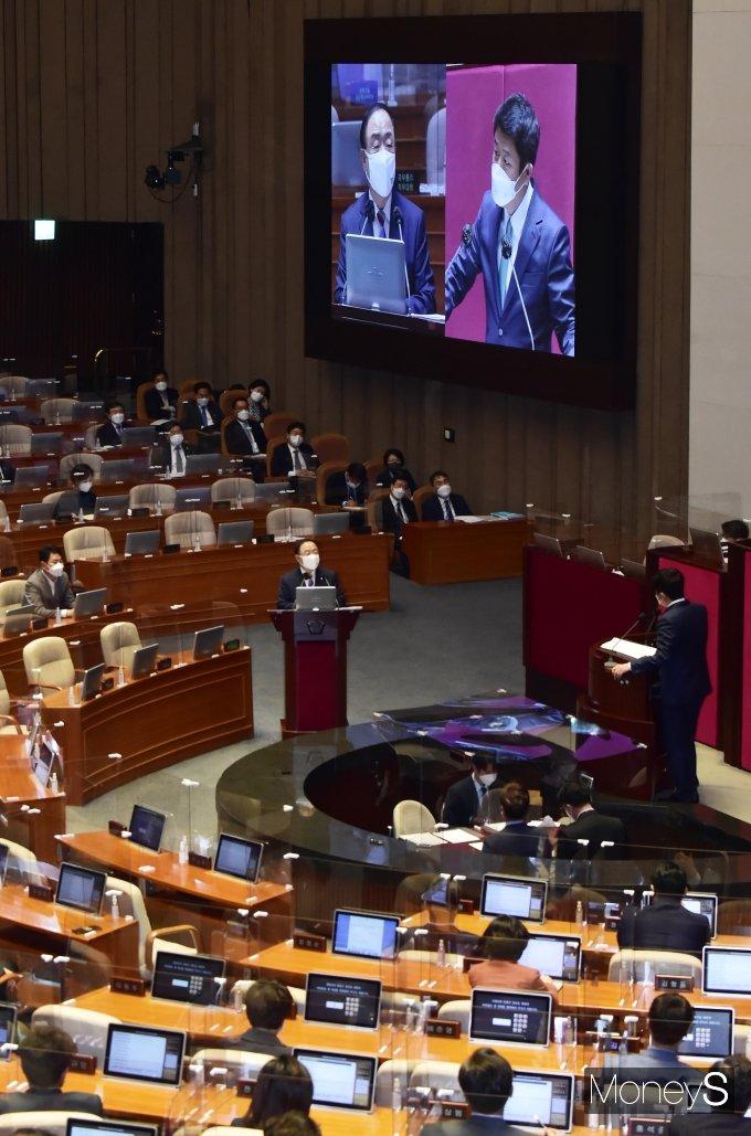 [머니S포토] 국민연금기금 관련 질의받는 '홍남기'