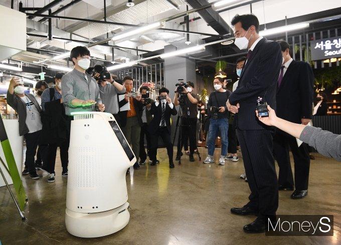 [머니S포토] 인공지능 방역 로봇 살펴보는 오세훈 시장