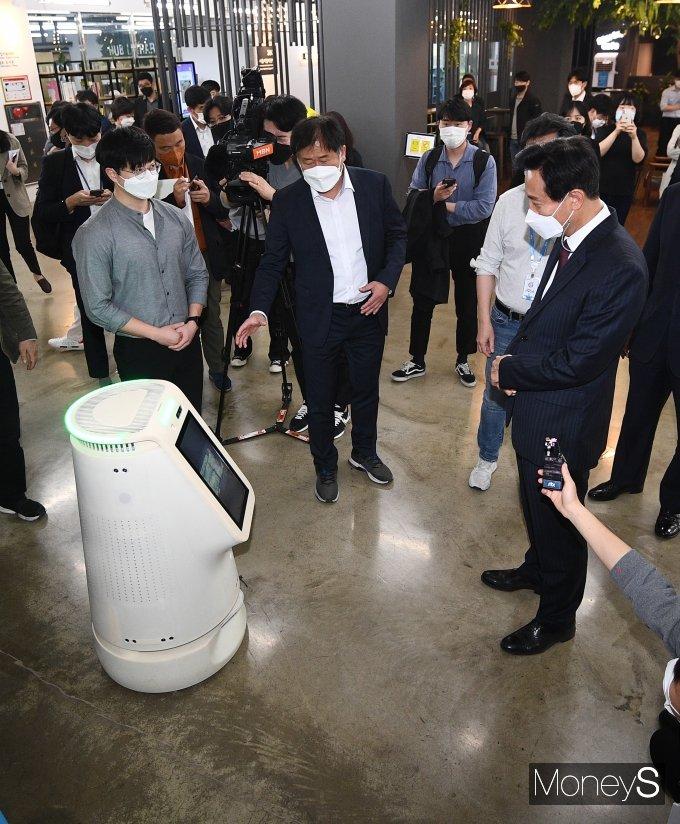 [머니S포토] 오세훈 시장 '신기한 방역 로봇'
