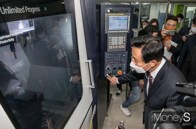 [머니S포토] 머시닝센터 작봉해 보는 오세훈 서울시장