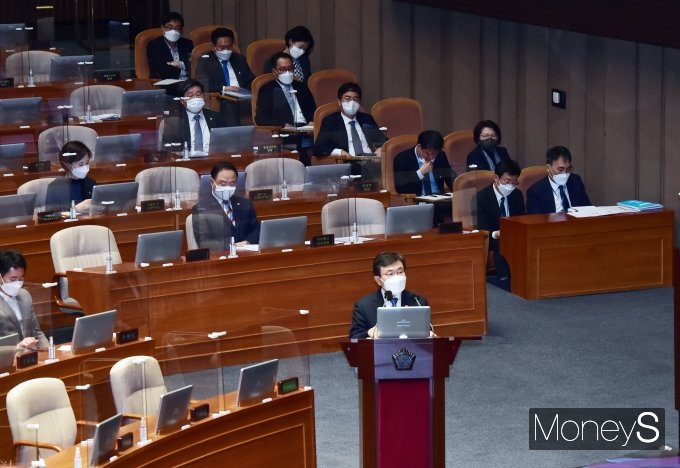 [머니S포토] 국회 대정부 질문에 출석한 권덕철 장관