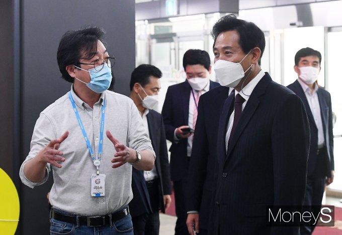 [머니S포토] 관계자로부터 설명 듣는 오세훈 서울시장