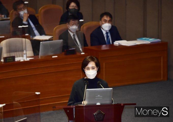 [머니S포토] 대정부 질문 답변하는 유은혜 부총리