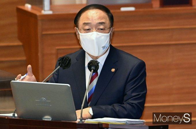 [머니S포토] 국민연금 기금 관련 답변하는 '홍남기'