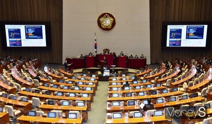 [머니S포토] 코로나19 경제 영향 질의받는 '홍남기'