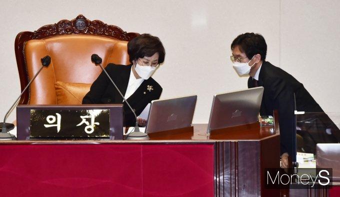 [머니S포토] 국회 대정부 질문, 의견 나누는 김상희 부의장