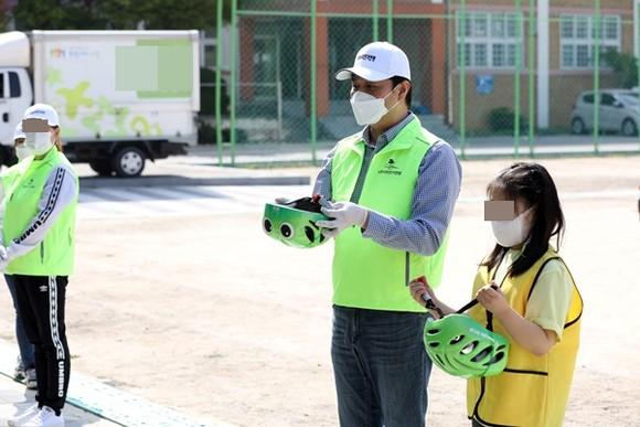 수원시의회 조석환 의장이 21일 오전 수원 세류초등학교 4학년 학생들을 대상으로 '찾아가는 자전거 안전교육'에 나섰다. / 사진제공=수원시의회
