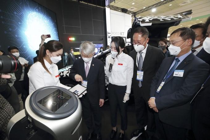 최기영 과학기술정보통신부 장관(왼쪽 두번째)과 구현모 KT 대표(오른쪽 세번째)를 비롯한 관계자들이 KT의 AICC 기술을 체험하는 모습. /사진제공=KT