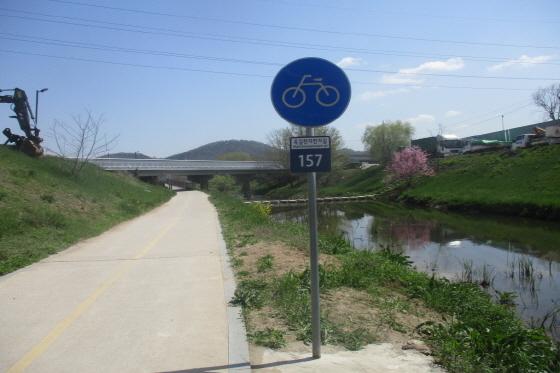 광명시는 옥길천자전거길에 도로명주소 안내 기초번호판 7개를 설치했다. / 사진제공=광명시
