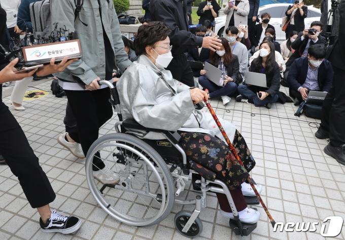위안부 피해자이자 인권운동가인 이용수 할머니가 21일 오전 서울 서초구 서울중앙지방법원에서 열린 일본군 위안부 피해자와 유족들이 일본을 상대로 제기한 손해배상 청구 소송 선고기일을 마치고 청사를 나서고 있다.  2021.4.21/뉴스1 © News1 임세영 기자