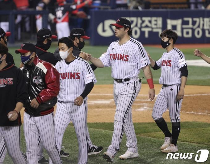 [사진] LG 라모스 '3점 홈런으로 승리 견인'