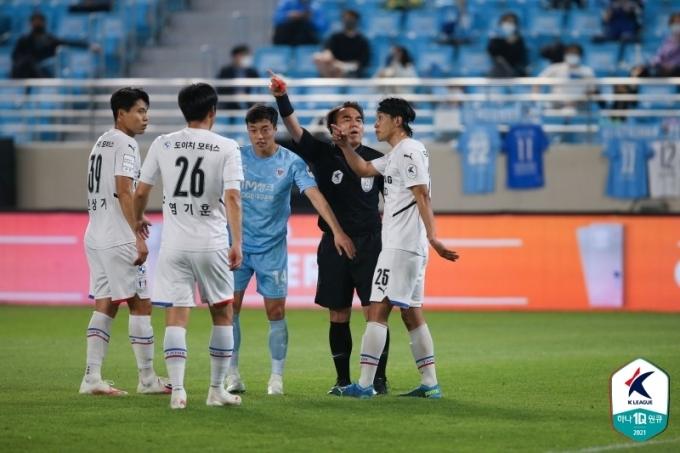 퇴장 당한 수원 삼성의 최성근(한국프로축구연맹 제공)© 뉴스1