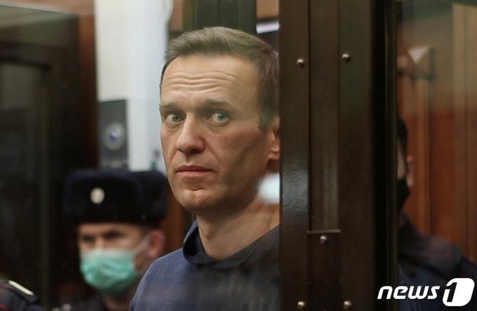 러시아 야권지도자 알렉세이 나발니가 2021년 2월 2일 모스크바 시모노프스키 지방 법원에서 판결을 기다리는 모습. 그는 이날 집행유예가 취소돼 3년 6개월의 징역형을 선고받았다. © 로이터=뉴스1 © News1 최서윤 기자
