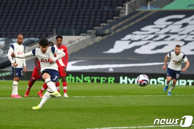 페널티킥으로 리그 15호골을 넣은 손흥민 © AFP=뉴스1