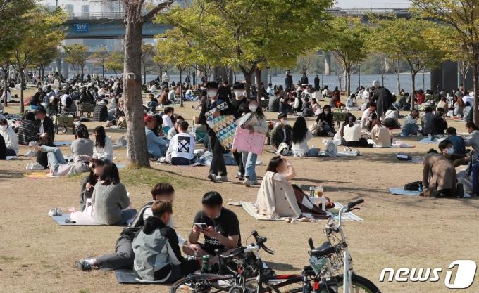 지난 18일 오후 서울 여의도 한강공원이 나들이를 나온 시민들로 북적이고 있다. 2021.4.18/뉴스1 © News1 구윤성 기자