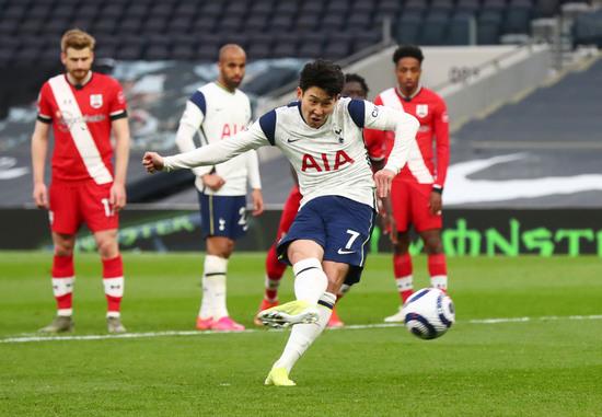 토트넘 손흥민이 22일 오전(한국시각) 영국 런던 토트넘 홋스퍼 스타디움에서 열린 사우스햄튼과의 2020-21 잉글랜드 프리미어리그 29라운드 홈경기에서 경기 막판 페널티킥을 성공시켜 팀의 2-1 승리를 이끌었다. /사진=로이터